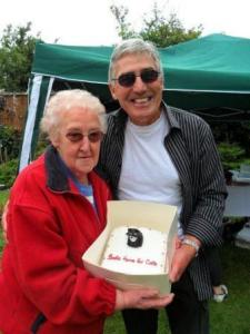 2011 fete - our patron Frankie Connor presenting the cake prize